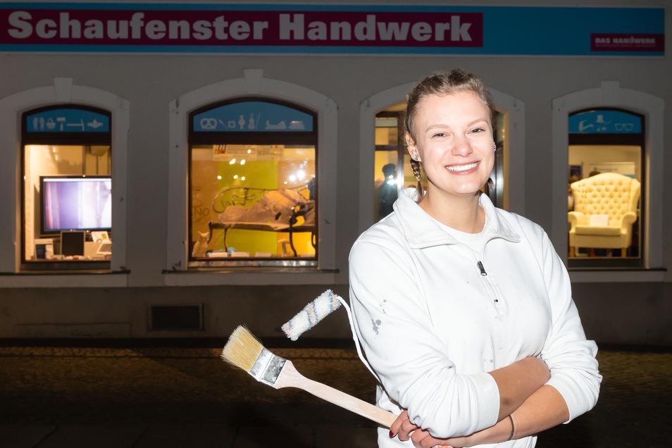 """Conny Kohlsche wurde 2019 bester Malerlehrling Sachsens. Im """"Schaufenster Handwerk"""" am Schiebocker Markt ist ihr Großröhrsdorfer Betrieb neben rund 20 anderen Firmen vertreten."""