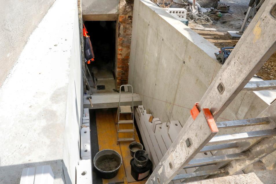 Gleich mit neu gebaut wird auch der Treppenaufgang zum Heizungskeller unter der Vorkirche. Die Heizungsanlage ist ebenfalls neu.
