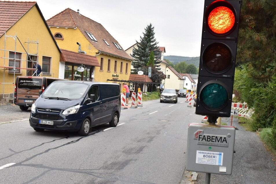 Noch bis Freitag sehen auch die Autofahrer in Berggießhübel Rot - und zwar auf der Ladenberg-Straße.