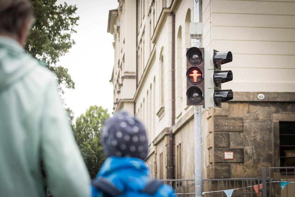 Die neue Fußgängerampel an der Grundschule Naußlitz wurde diese Woche in Betrieb genommen.