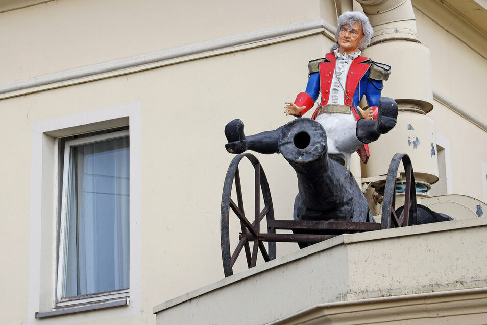 Was hat Baron von Münchhausen auf dem Dach vorm Haupteingang zu suchen?