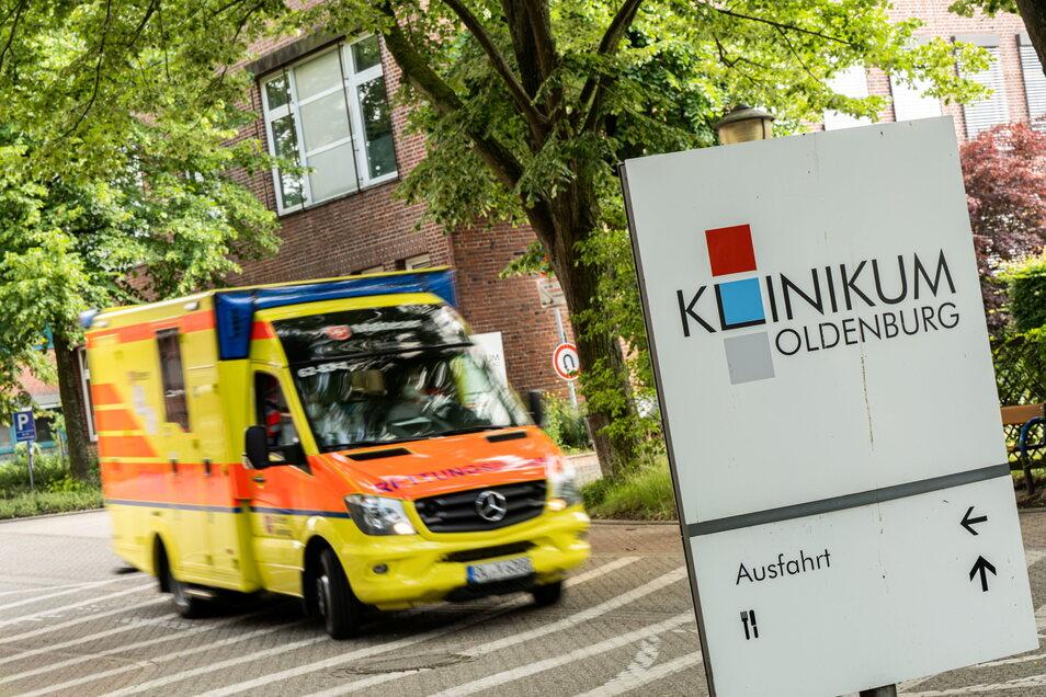 Ein Krankenwagen fährt vom Gelände des Klinikums Oldenburg los.