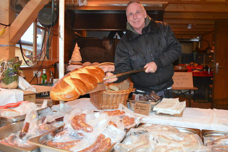 Winfried Neuer backt das Brot im Holzbackofen. Der Riesen-Hefezopf dürfte eine Großfamilie satt machen.