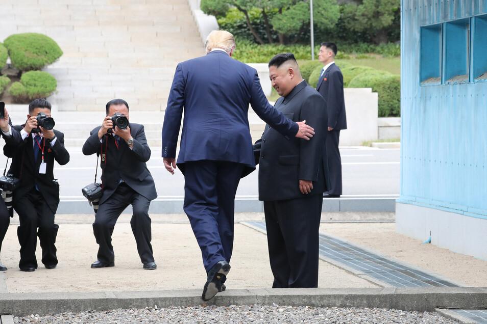 Donald Trump geht über die innerkoreanische Grenze