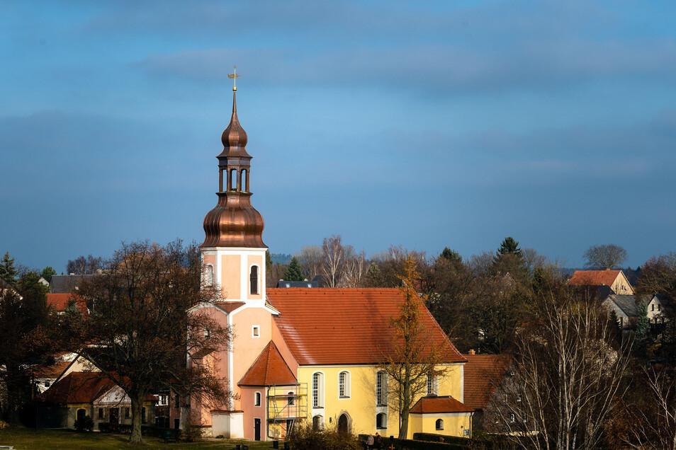 Die Marienkirche in Goldbach. Der Turm wurde in diesem Jahr rosa gestrichen, das Schiff ist noch gelb. Im Jahr 2020 soll auch an diesem Teil des Gotteshauses die Fassadenfarbe geändert werden.