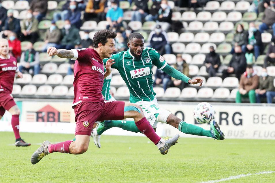 Philipp Hosiner erzielt in der 68. Spielminute seinen ersten Pflichtspieltreffer für Dynamo. Dabei setzt er sich stark gegen Osarenren Okungbowa durch.
