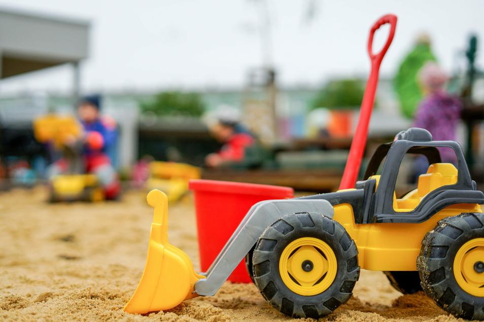 Mit Schaufel, Eimer und Bagger Im Sand spielen, das tun die Kinder auch in den Neukircher Kitas gern. Für ihre Eltern wird die Betreuung ab Januar allerdings teurer.