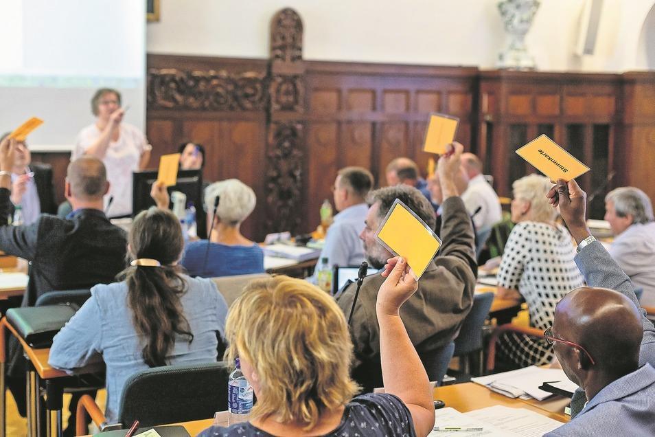 Bei der ersten Stadtratssitzung stimmten die Freitaler Räte gegen die Entlassung ihres Mitgliedes Sven Heisig (CDU).