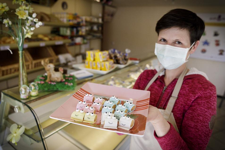 Diana David mit den neuen Keksen, die Klopapierrollen nachempfunden sind. Für eine Spende sind sie erhältlich.
