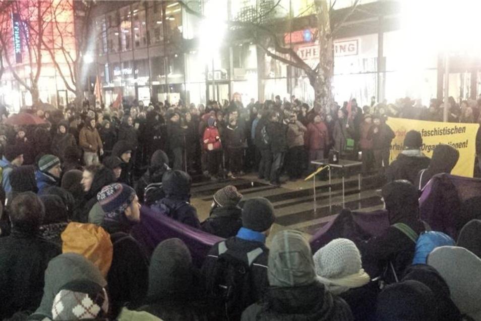 Vor der Centrum-Galerie zeigten etwa 500 Menschen ihre Solidariät mit den Opfern des angeblichen Überfalls auf junge Dresdner Migranten am 22. Dezember.