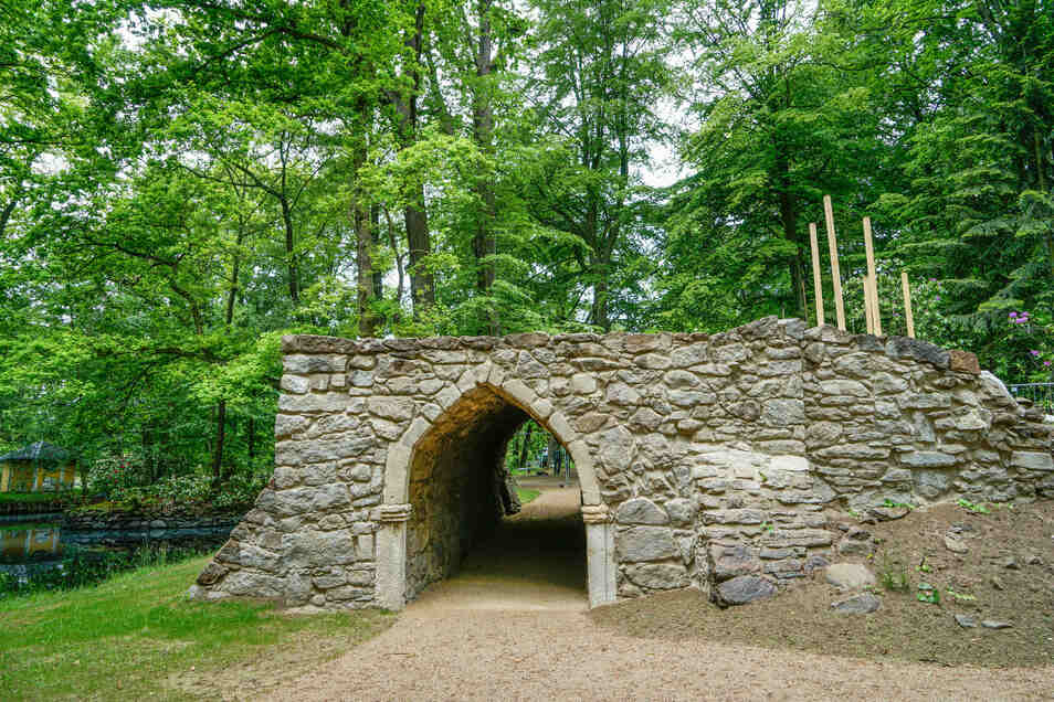 Die sogenannte Grotte im Park des Rammenauer Barockschlosses wurde restauriert. Besucher dürfen jetzt auch wieder die Plattform betreten.