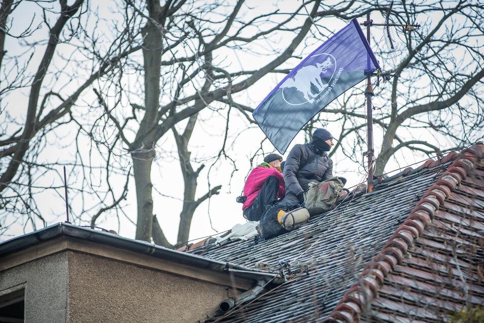 Auch auf dem Dach harren Menschen aus und weigern sich, zu gehen.