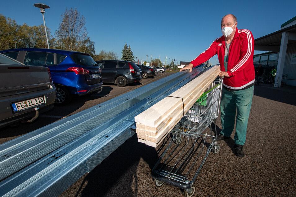 Ein weiterer Kunde besorgt sich Holz- und Metallelemente.