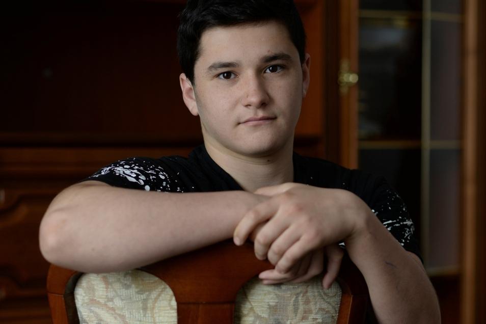 Das Erwachsensein wird bei uns nicht gefeiert. Weder in Tschetschenien noch in der Religion des Islam. Einzig das Gesetz regelt die Volljährigkeit mit 18 Jahren. Ich habe in meiner Klasse mitbekommen, wie die Deutschen über Jugendweihe und Konfirmation sprechen und dass es für sie eine wichtige Rolle spielt. Ich kann da nicht mitreden. Im Islam gibt es nur wenige Feste im Lebenslauf wie Geburt, Namensgebung, Hochzeit und Begräbnis. Suleyman Tamaeva (16), GudermesFoto: SZ/Steffen Gerhardt
