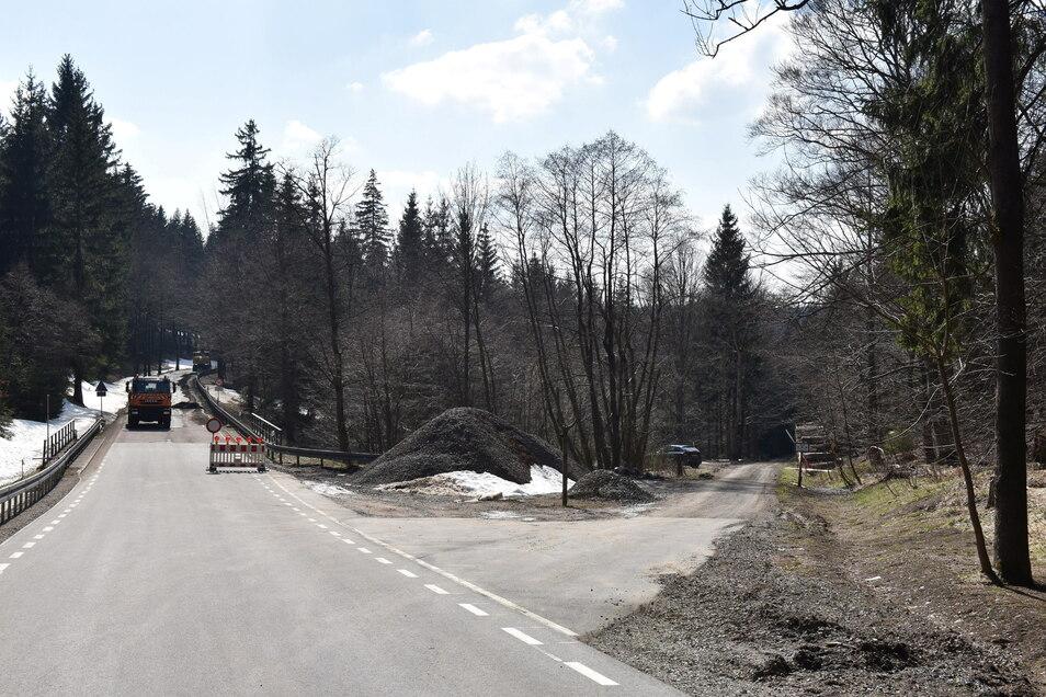 Die Strecke geradeaus nach Rehefeld ist gesperrt. Der Milchflussweg, der rechts abzweigt, wäre eine kurze Umfahrung der Baustelle. Doch so einfach ist es nicht.