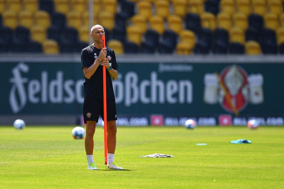 Dynamos Trainer Alexander Schmidt bereitet die Mannschaft auf den Zweitliga-Start vor, und im Hintergrund tobt der Bier-Streit. Feldschlößchen hat den Verein verklagt - wegen Radeberger.