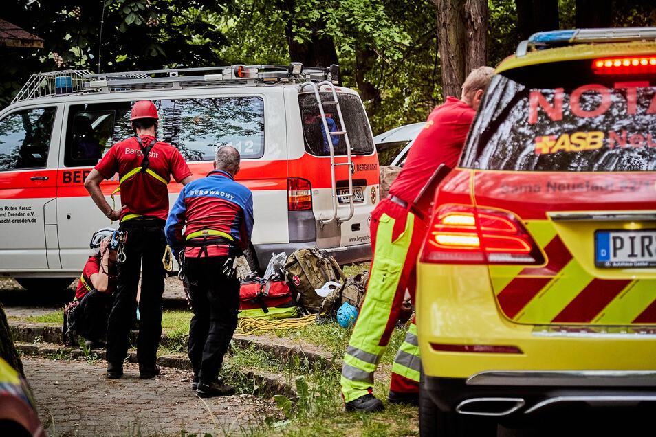 Auf den Elbwiesen wurde die Verletzte nach ihrer Bergung versorgt und dann ins Krankenhaus geflogen.