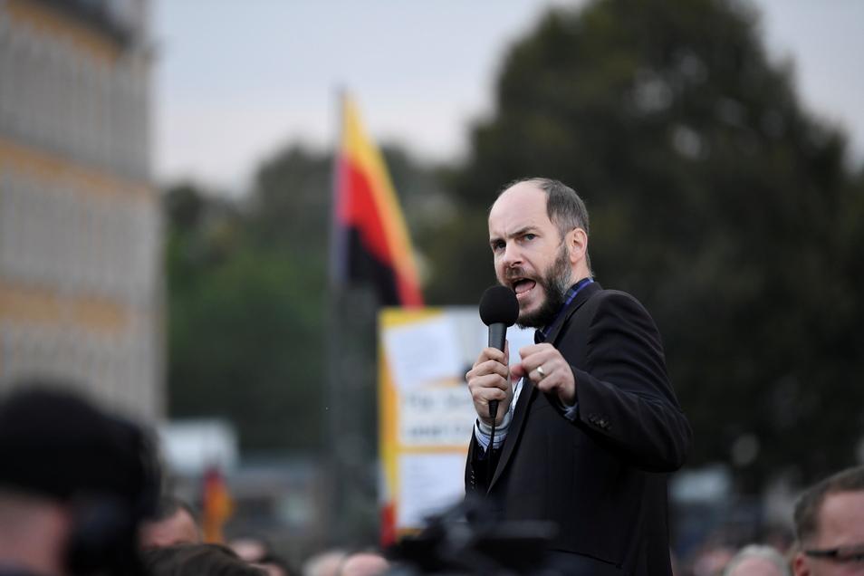 """Der Rechtsanwalt und """"Freie Sachsen""""-Chef Martin Kohlmann weiß wie man extremistische Proteste steuert. Im Spätsommer 2018 hat er in Chemnitz maßgeblich Aufmärsche von Neonazis und """"besorgten Bürgern"""" mit organisiert."""