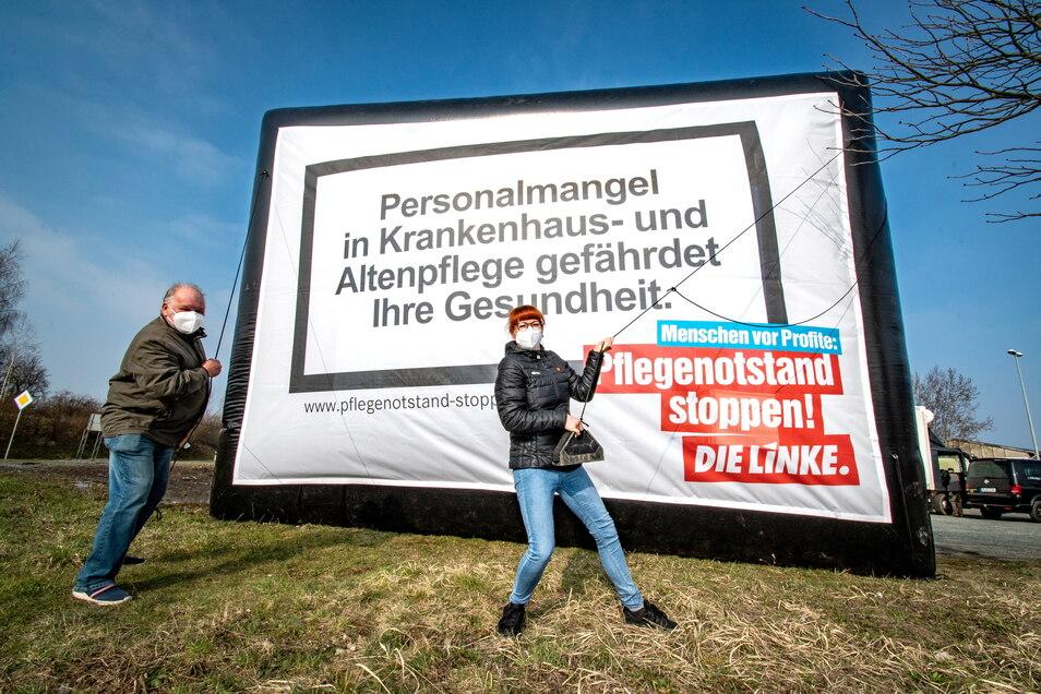 Dieter Kunadt und Marika Tändler-Walenta haben am Mittwoch in Leisnig gegen die Gesundheitspolitik protestiert. Sie finden, dass es zu häufig um Geld und zu wenig um den Menschen geht.
