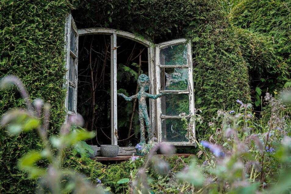 Diese Skulptur, die auf einem Fensterbrett zu balancieren scheint, trägt den Titel Erdung.