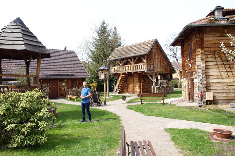 Jörg Funda im Saunadorf der Erlebniswelt Krauschwitz. Links von ihm die Badeplattform, die erneuert wird. Rechts steht die Rauchsauna, hinter der Liegeplätze entstanden.
