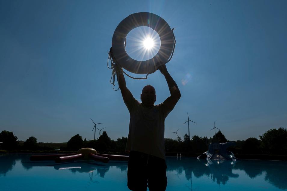 Der Burkauer Bademeister Ingolf Anders ist bereit für den Start der Freibad-Saison: Am Montag geht's los.