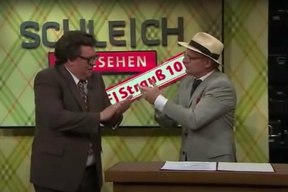 Schleich gibt den Strauß und Steimle den Honecker. Beide Politiker sind tot, aber das vereinte deutsche Publikum hat noch immer Spaß an und mit den beiden Holzköpfen.