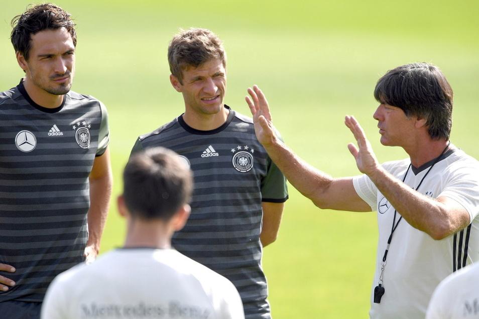 Joachim Löw gibt 2016 Anweisungen an Mats Hummels (l.) und Thomas Müller. Jetzt sind beide wieder in der DFB-Elf.