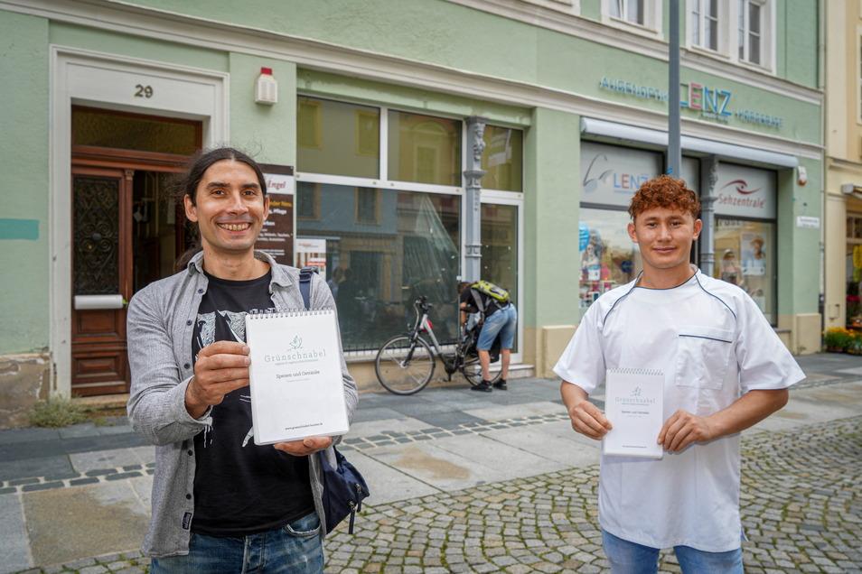 Hendrik Müller (l.), Inhaber des Restaurants Grünschnabel in Bautzen, will auf der Reichenstraße ein zweites Lokal öffnen. Dort wird sein Koch Qasim Hamidi arbeiten. Auf der Speisekarte soll internationale vegetarische und vegane Küche stehen.