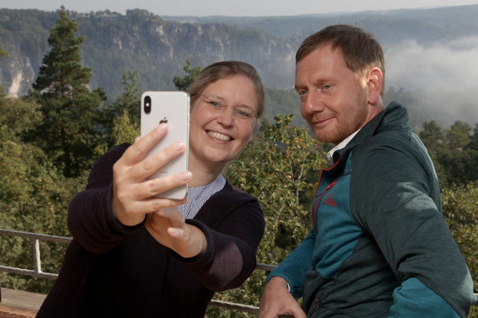 Selfie mit dem Ministerpräsidenten. SOE-Bundestagskandidatin Corinna Franke-Wöller mit Michael Kretschmer auf dem Rauenstein.