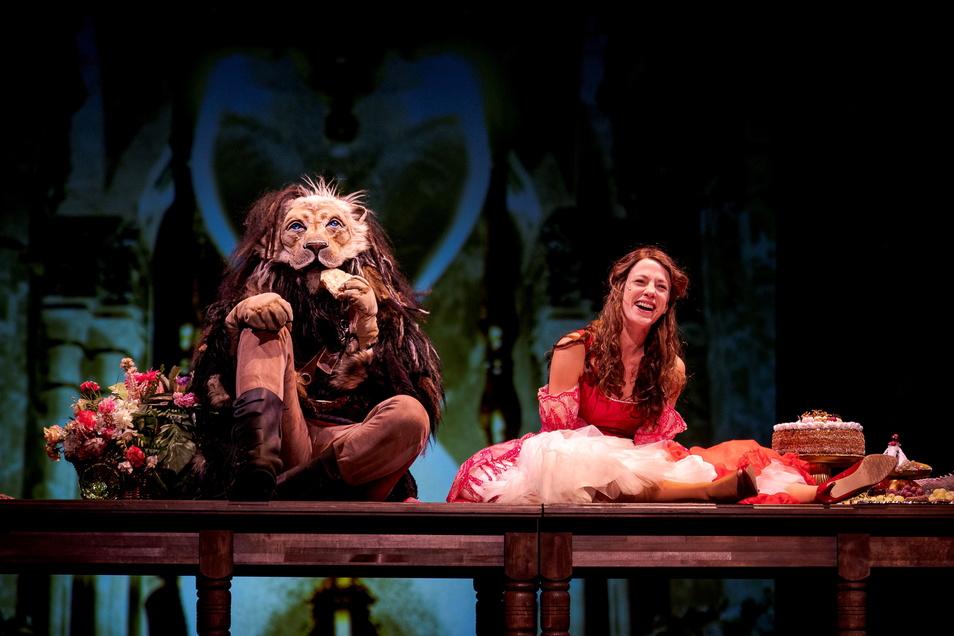 Philipp Scholz als Biest, Martha Pohla als Belle in der Zittauer Märcheninszenierung von Dorotty Szalma.
