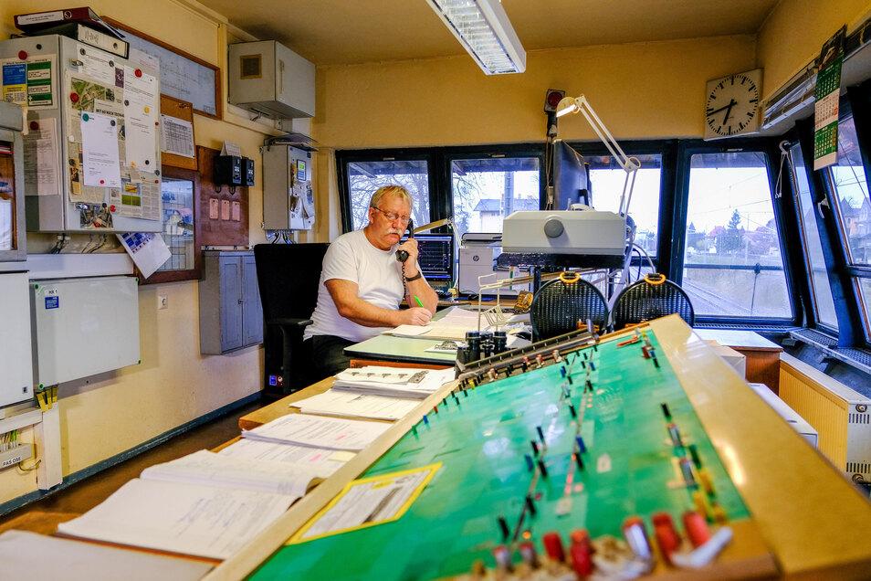 Michael Becker an seinem letzten Arbeitstag: Am 29. März um 20.10 Uhr wurde das Bedienpult des Gleisbildstellwerks abgeschaltet. Die sieben Fahrdienstleiter werden auf anderen Stellwerken eingesetzt.