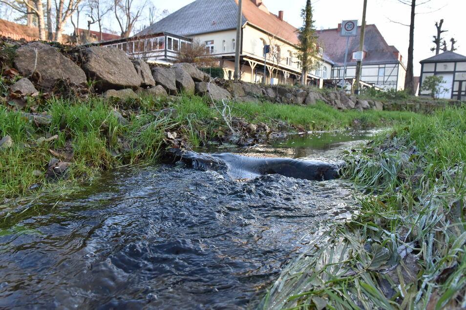 So fließt der Höckenbach ruhig durch den Ort. Er kann aber auch gefährlich werden. Dagegen braucht es Vorsorge.
