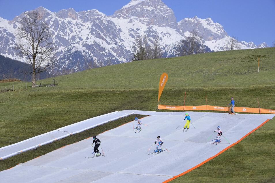 Mit neu entwickelten textilen Skipisten will eine Chemnitzer Firma von Schneearmut bedrohte Wintersportgebiete für Touristen attraktiv erhalten.