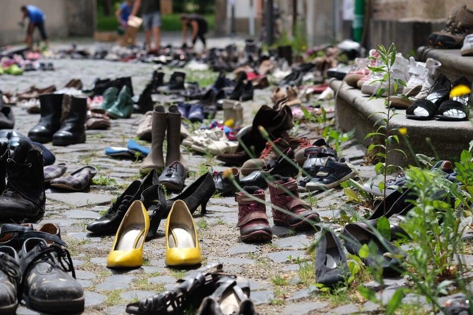 Jedes Paar Schuhe steht für einen ertrunkenen Flüchtling. Eine beeindruckendes Bild, geschaffen von Mitgliedern der Aktion Augen auf in der Straße vom Marktplatz zur Kirche.