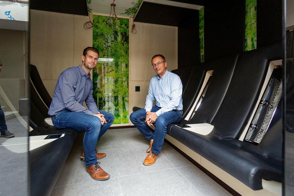 """Daniel Wirth und Jörg Schneider vom """"Hains"""" in der neuen Infrarotsauna. Bisher war diese nach der Eröffnung im Oktober nur wenige Tage in Betrieb."""