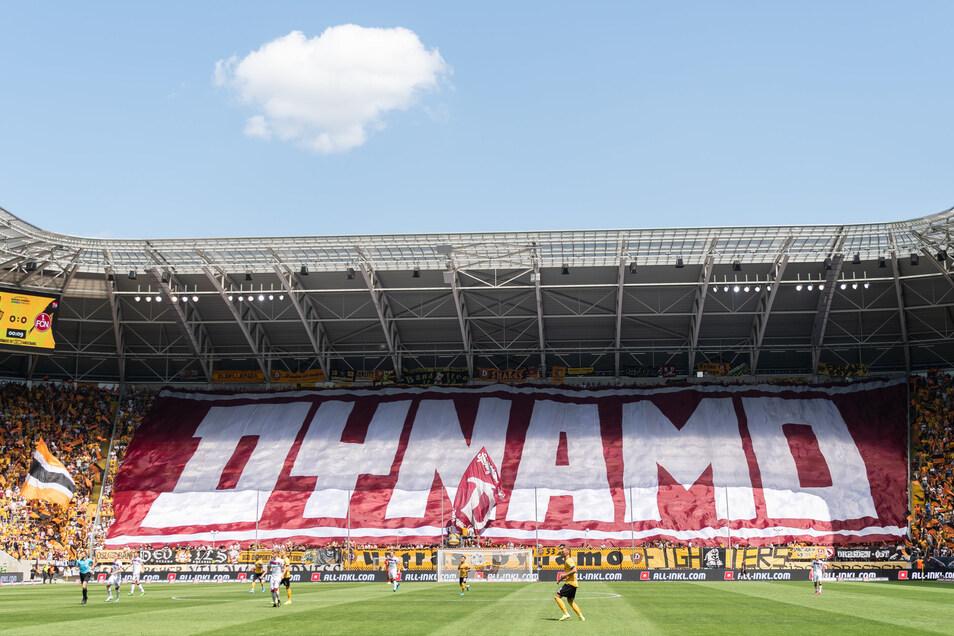 Die Fans haben den Start herbeigesehnt. Das Rudolf-Harbig-Stadion ist nahezu ausverkauft.