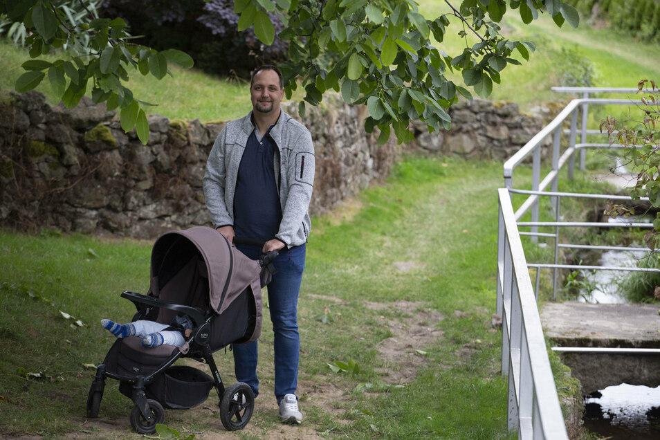 Nico Luther aus Großnaundorf geht ab Dezember mit seinem Sohn lediglich für zwei Monate in Elternzeit, obwohl er das gern länger tun würde.