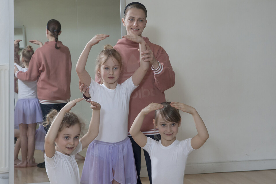 Balletttrainerin Beatrice Peana übt mit Jasmin, Fiona und Romina (v. l.). Die erste kleine Choreografie ist bereits einstudiert.