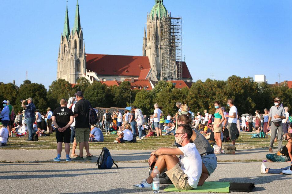 Menschen demonstrierten am Samstag auf der Theresienwiese vor der Kirche St. Paul gegen die Corona-Maßnahmen.