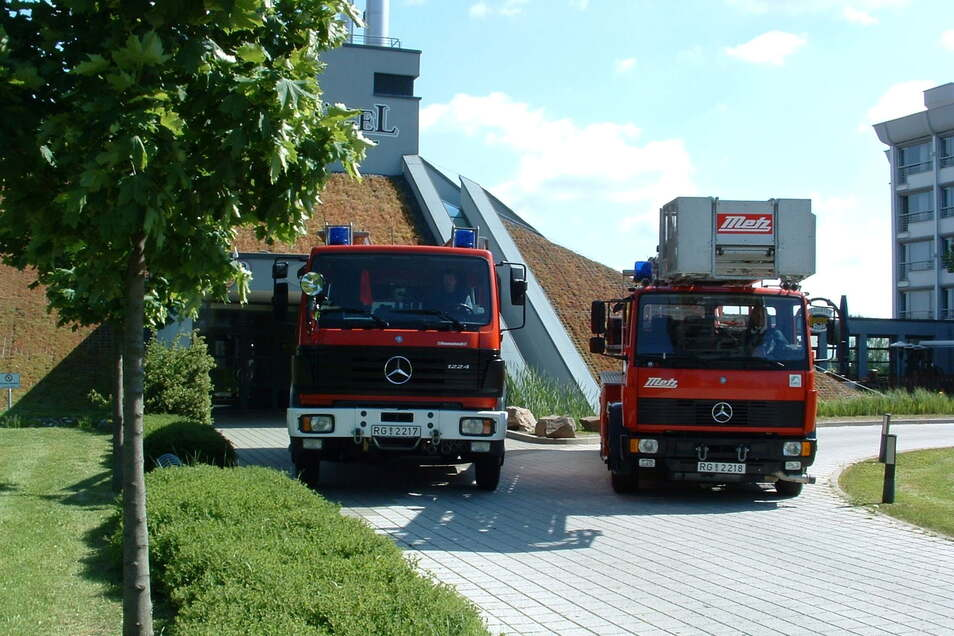 1999 machte der Riesenhügel gerade auf; hier mit dem LF 16 und der Drehleiter der Hauptstelle Riesa. Letztere ist noch immer im Dienst.