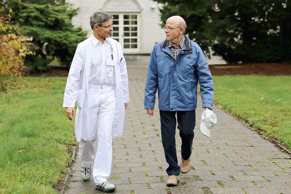 Dank Behandlung im Städtischen Klinikum Dresden wieder schmerzfrei zu Fuß unterwegs: Hans-Joachim P. (rechts) mit Oberarzt Dr. Christian Stelzner.