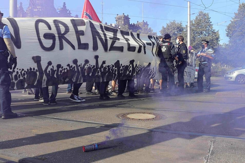 Zwischen Demo-Teilnehmern und dem Einsatzleiter der Polizei kam es am Sonntag zu einer Konfrontation, bei der der Polizist einem Demonstranten drohte.