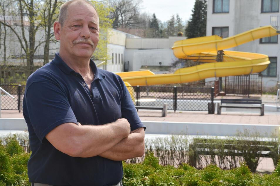 Michael Brosius ist Bademeister im Freibad Reichenbach/OL. Er hofft wie seine Mitarbeiter, dass die Freibadsaison am 15. Mai eröffnet werden kann.