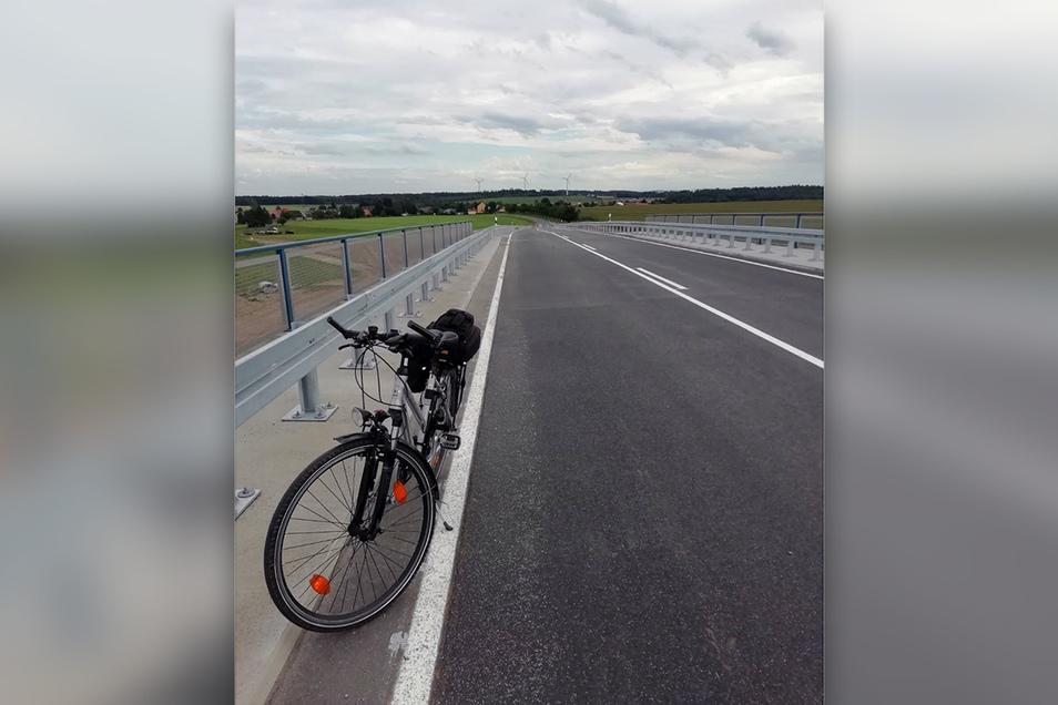 Das ist die neue Brücke von Lichtenberg nach Leppersdorf, die jetzt befahrbar ist.