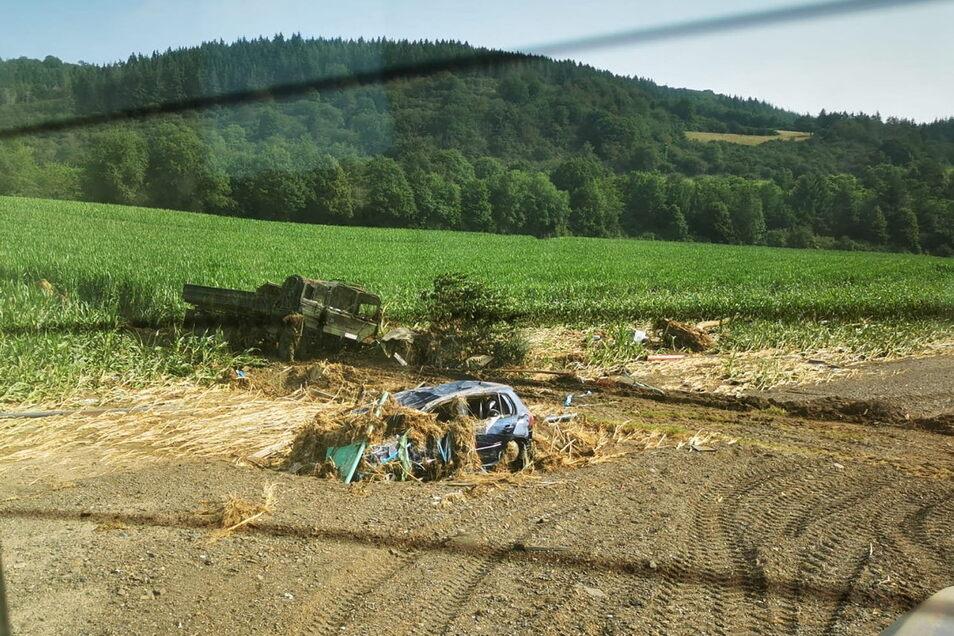 """Kurz vor Einsatzende """"retteten"""" die Döbelner ein Fahrzeug der Bundeswehr, dass im Schlamm feststeckte. Foto: privat"""