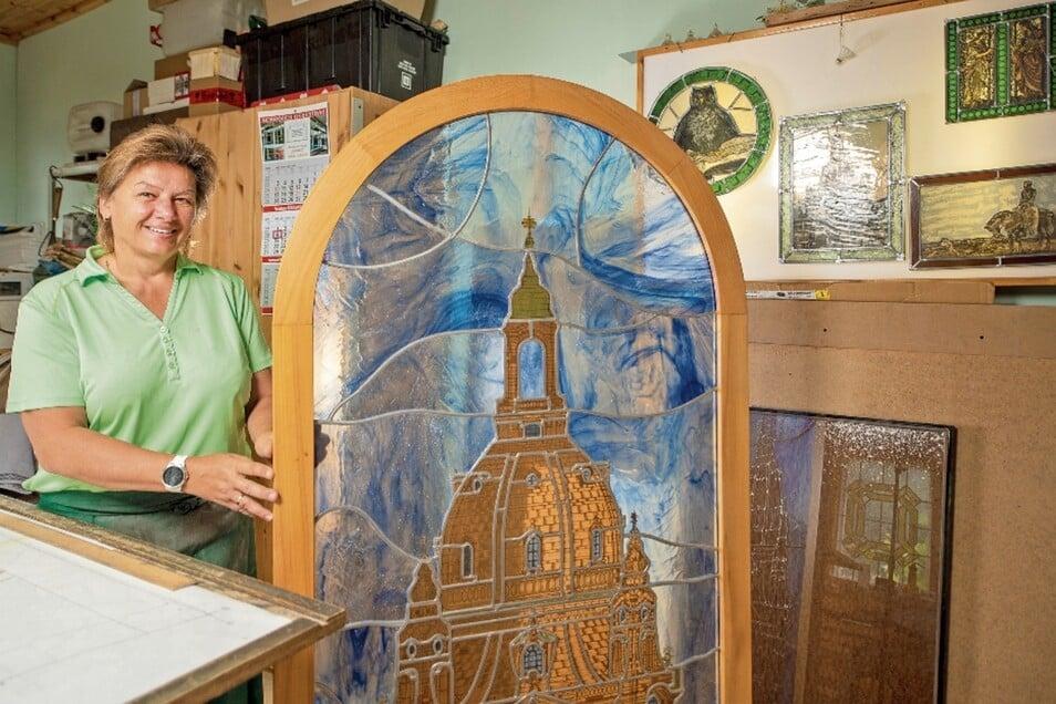 Das Meisterstück. Mit der Dresdner Frauenkirche krönte Ina Saalfrank ihren Abschluss als Glasermeisterin. Derzeit hat die Bleiglasarbeit ihren Platz in Saalfranks Werkstatt.