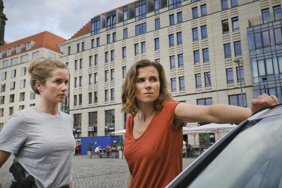 Die Kommissarinnen Leonie Winkler (Cornelia Gröschel) und Karin Gorniak (Karin Hanczewski) auf dem Dresdner Altmarkt.