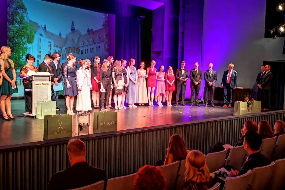 Im Theater fand die feierliche Übergabe der Abschlusszeugnisse an die Abiturienten des Franziskaneums statt.