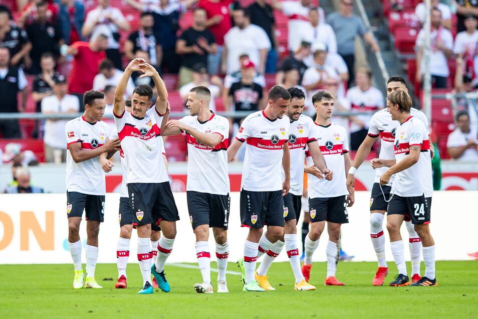 Stuttgarts Marc Oliver Kempf (2.v.l) jubelt nach seinem Tor zum 3:0 mit der Mannschaft.